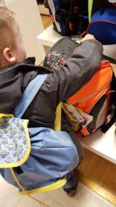 Finn sucht sich seinen Scout Schulranzen aus