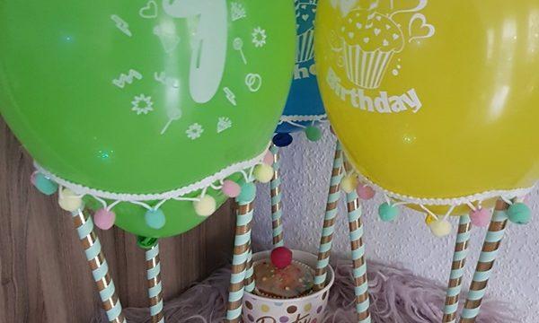 Mit Süßigkeiten gefüllte Heißluftballons zum Kindergeburtstag