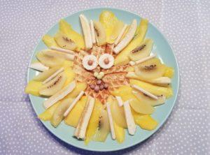 gesunde Skyr Waffeln mit einer der König der Löwen inspirierten Obst Mähne und Augen aus selbst gemachten Mangoeis